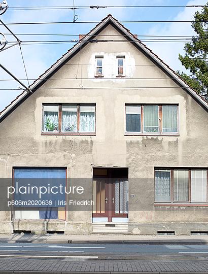 Wohnhausfassade mit Oberleitungen - p606m2020639 von Iris Friedrich