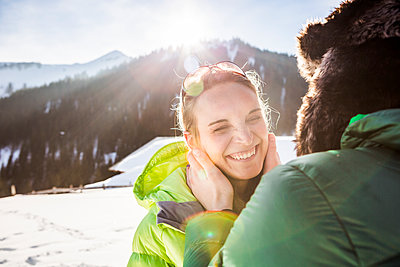 Happy affectionate couple in winter landscape, Achenkirch, Austria - p300m2206559 by Studio 27