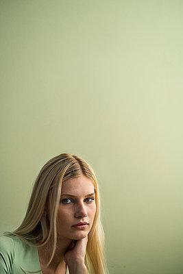 Blonde Frau - p427m1591960 von R. Mohr