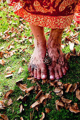 Woman's Muddy Bare Feet Standing on Grass and Leaves - p694m785526 by Jocelyn Mathewes photography