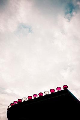 Jahrmarktbeleuchtung - p795m946137 von Janklein