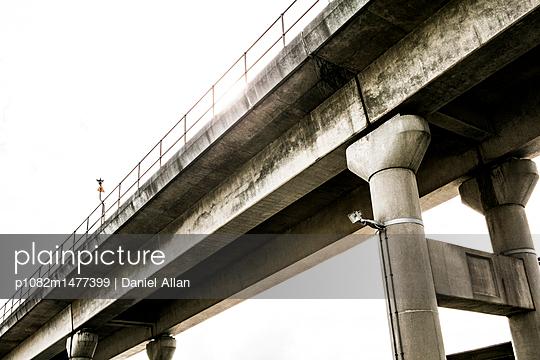 Unter einer Brücke - p1082m1477399 von Daniel Allan