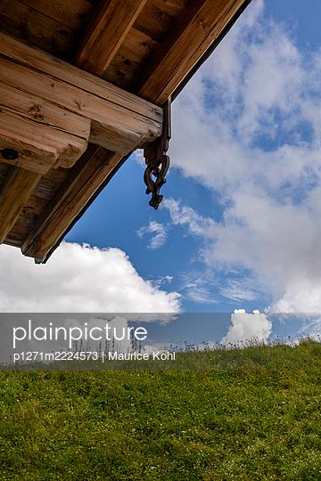 Rustikale Dachkonstruktion mit Schnitzerei, Blockhütte, Tirol - p1271m2224573 von Maurice Kohl