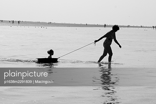 Woman and child at the sea in the backlight - p1638m2291839 by Macingosh