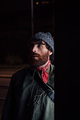 Bearded young man loitering on street - p429m2098571 by Eugenio Marongiu