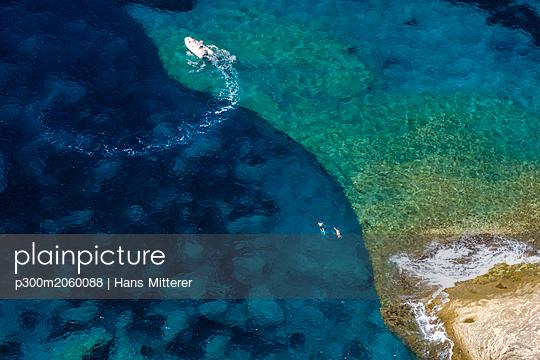 Corsica, Mediterranean coast, rocky beach - p300m2060088 by Hans Mitterer