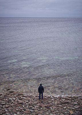 Mann am Meer - p1124m1193527 von Willing-Holtz