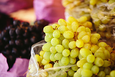 White grapes at Farmers' market - p1166m2194055 by Cavan Images