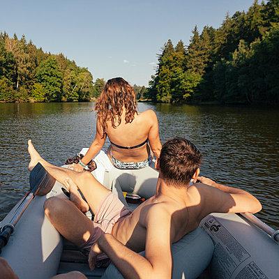 Junges Paar im Schlauchboot auf See - p1358m1215553 von Nolting