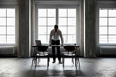 Silhouette of mature businessman in loft - p300m1580787 von Philipp Dimitri