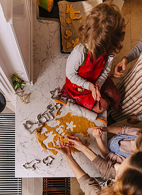 Family preparing Christmas cookies in kitchen - p300m2155583 by Mareen Fischinger