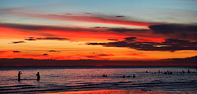 Tourists swimming in sea at sunset, Boracay, Aklan, Philippines - p343m2028873 by Per-Andre Hoffmann