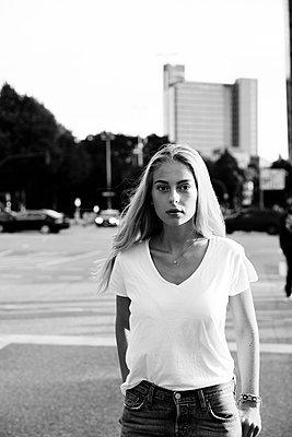 Selbstbewusste junge Frau in Großstadt - p432m1476329 von mia takahara