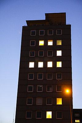Hamburg , Buerohaus in der Hamburger Innenstadt in der Abenddaemmerung - p627m1035269 von Hendrik Rauch