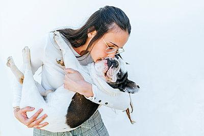 Woman kissing her dog - p300m2012704 by Kiko Jimenez