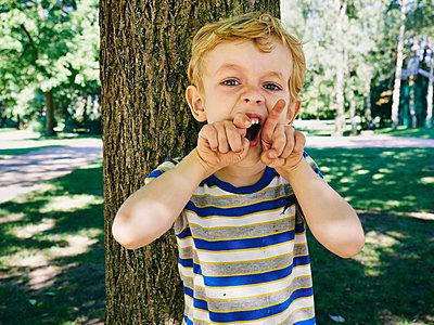 Junge spielt Tiger - p358m1217493 von Frank Muckenheim