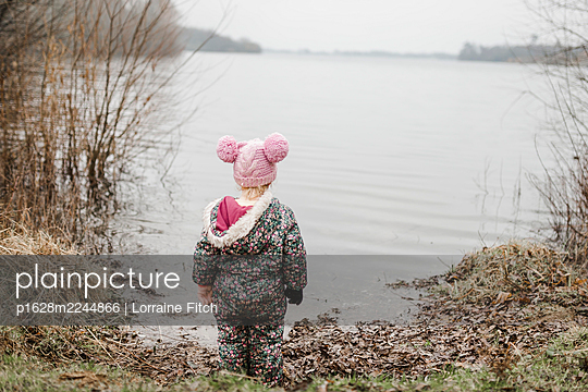 Little girl with pink knit hat on the lakefront - p1628m2244866 by Lorraine Fitch