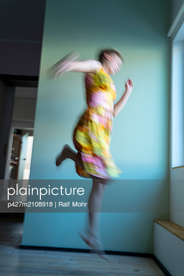 Jumping woman - p427m2108918 by Ralf Mohr