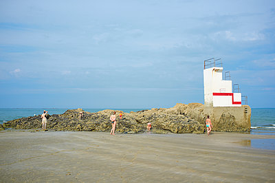 People at the beach - p1661m2245368 by Emmanuel Pineau
