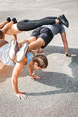 Sportive team during workout - p300m2070519 von Epiximages