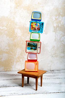 Klickfernseher auf Puppentisch - p451m1208189 von Anja Weber-Decker