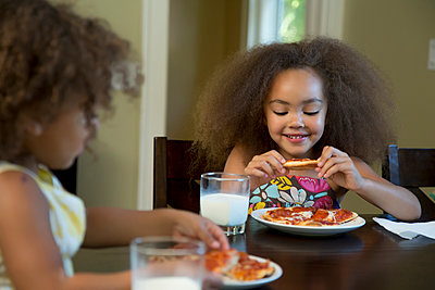 Mixed race girls eating pizza - p555m1479121 by Inti St Clair photography