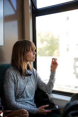 Junge Frau unterwegs mit der S-Bahn - p1212m1136986 von harry + lidy