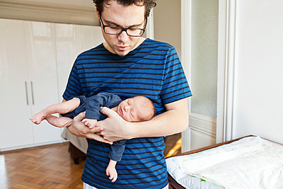 Father holding newborn son at home - p300m1525844 by Mareen Fischinger