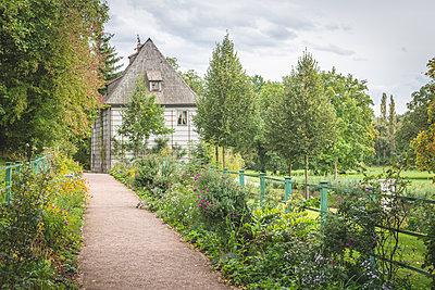 Germany, Weimar, view to Goethe Gartenhaus at Ilmpark in autumn - p300m2077748 by Kerstin Bittner