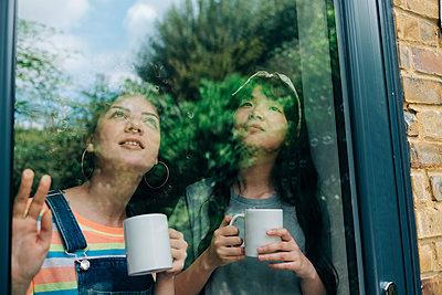 Two young women at home. London, England. - p300m2298761 von Angel Santana Garcia