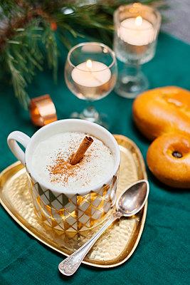 Cup of cinnamon latte - p312m1549276 by Scandinav Images