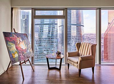 Penthouse mit Blick auf die Wolkenkratzer von Moskau - p390m1582802 von Frank Herfort