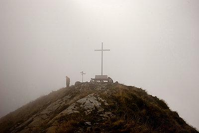 berggipfel im nebel - p627m671108 by Hendrik Rauch