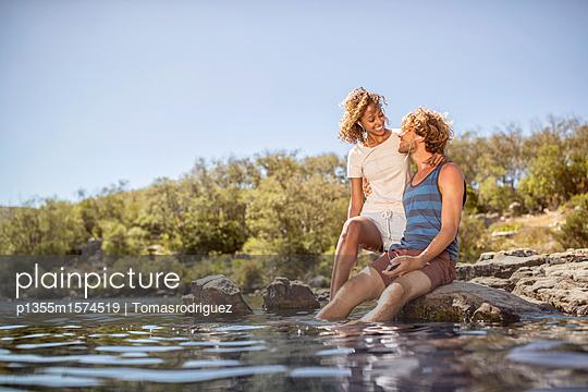 Junges Paar am Flussufer - p1355m1574519 von Tomasrodriguez