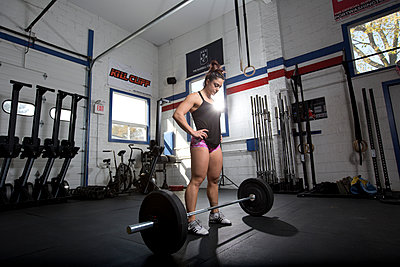Female bodybuilder with barbell - p1211m1109044 by Danny Weiss