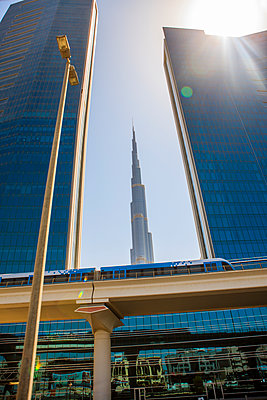 United Arab Emirates, Dubai, Burj Khalifa and elevated railway - p300m1562781 by zerocreatives