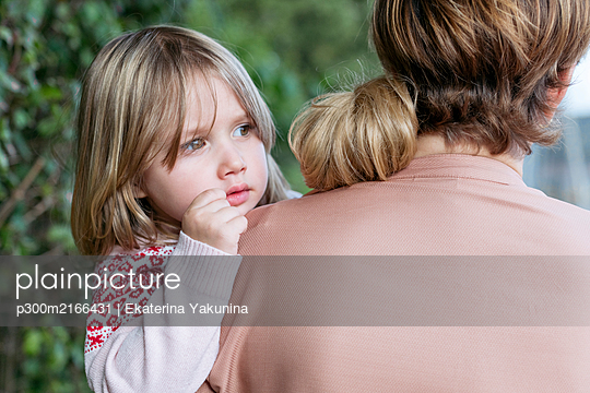 Portrait of little girl on mother's arms - p300m2166431 by Ekaterina Yakunina