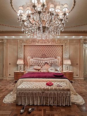 Schlafzimmer in einer Luxusvilla - p390m1115634 von Frank Herfort