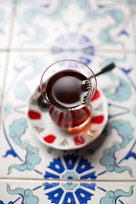Traditional turkish tea, overhead view - p429m1103187 by Tim E White