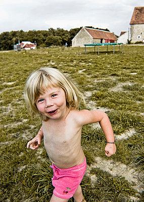 Portrait of little girl - p896m834538 by Koen Verheijden