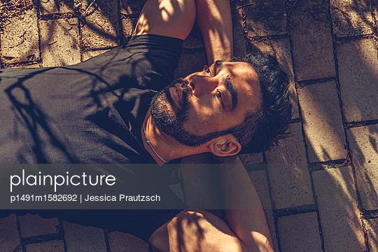 Man liegt entspannt auf Boden  - p1491m1582692 von Jessica Prautzsch