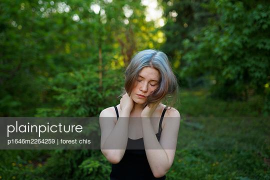 Erschöpfte Frau am Waldrand - p1646m2264259 von Slava Chistyakov