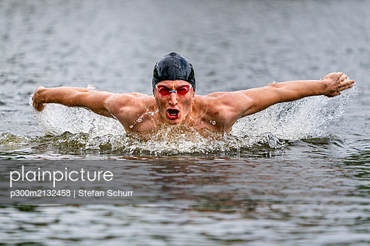 Young triathlete swimming in a lake - p300m2132458 by Stefan Schurr