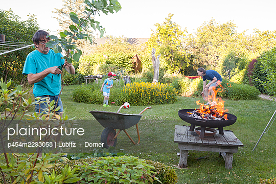 Soccer and barbecue  - p454m2293058 by Lubitz + Dorner