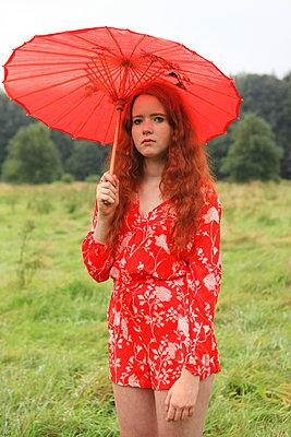 Frau in Rot - p045m1172422 von Jasmin Sander