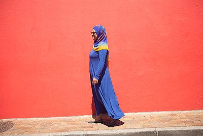 Frau vor roter Wand - p045m1217355 von Jasmin Sander