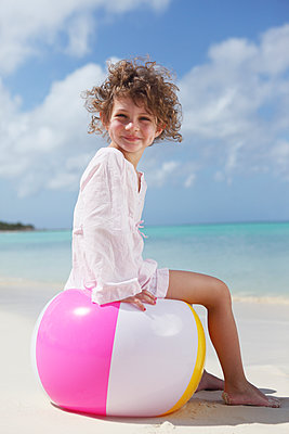Mädchen mit Wasserball - p045m918067 von Jasmin Sander