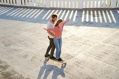 Junges Paar mit Longboard hat Spaß - p1124m1503642 von Willing-Holtz