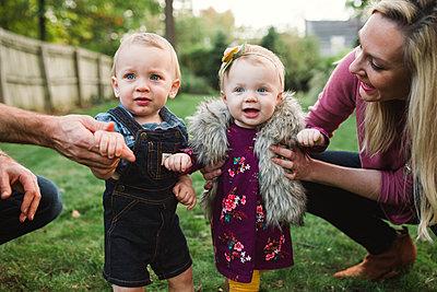 Familie mit Zwillingen - p1361m1503797 von Suzanne Gipson