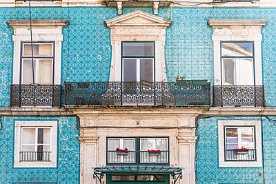 Portugal, Lisbon, Facade of house with azulejos - p300m1587732 by William Perugini